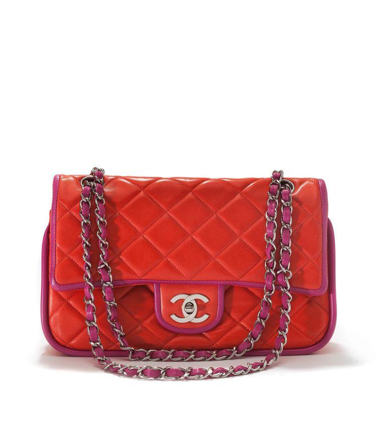 In februari 1955 ontwierp Coco Chanel haar eerste tas: de 2.55. Vijftig jaar na dato is er een remake van deze klassieker gemaakt. Aan elke 2.55 wordt minimaal achttien uur gewerkt door minimaal zes specialisten. Beeld Tassenmuseum Hendrikje