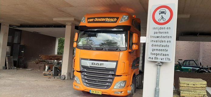 Alleen voor trouwstoeten en invaliden. Stadskantoor Roosendaal.