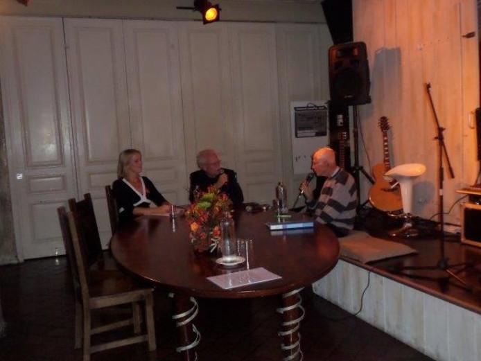 Oud-huisarts Van Walree aan tafel bij Monica Boer en Robert Salomons.