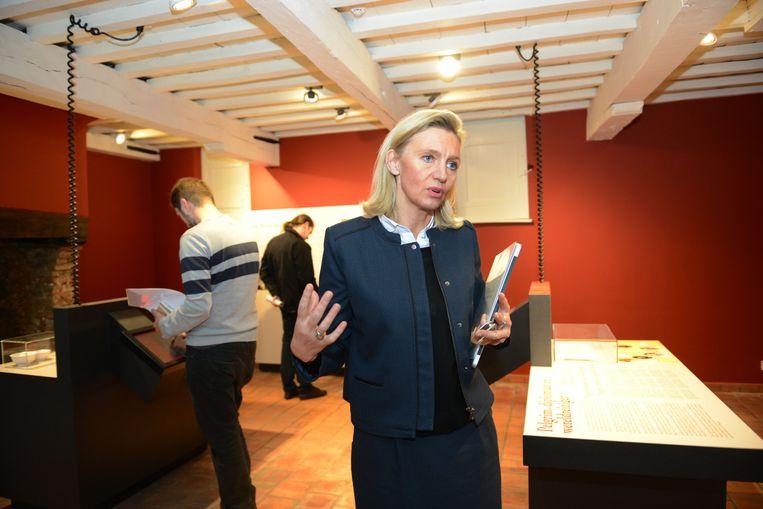 Véronique de Limburg Stirum geeft uitleg in het museum.