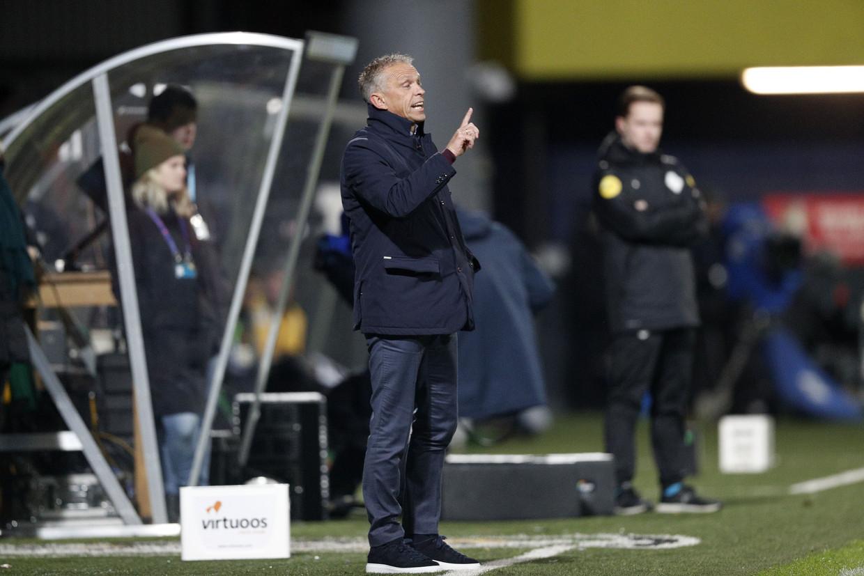 Trainer Edward Sturing van Vitesse tijdens de wedstrijd tussen Fortuna Sittard en Vitesse. Beeld ANP Sport