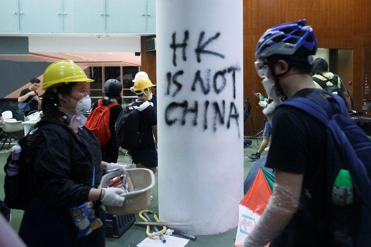 Demonstranten in het parlementsgebouw in Hongkong. Beeld Reuters / Stringer