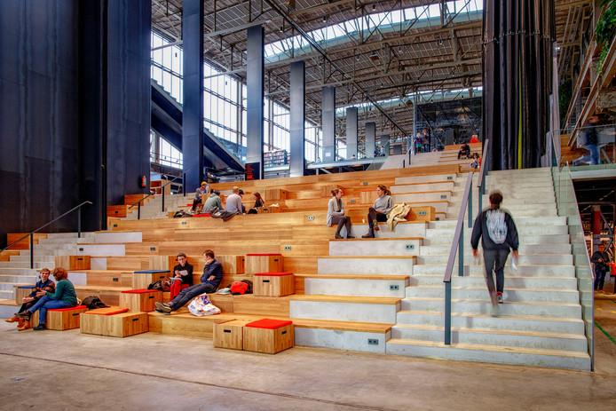 Het trappenlandschap van de nieuwe LocHal in Tilburg
