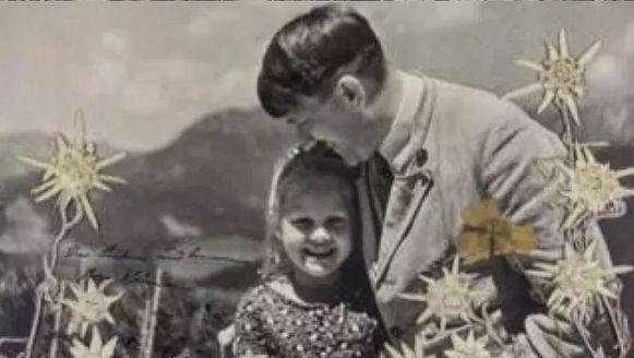 Hitler en Rosa tijdens een zomerdag in juni 1933. Hitler stuurde de gesigneerde (linksonder) versie van de foto naar het meisje. Zij versierde de foto nadien waarschijnlijk met bloemen.
