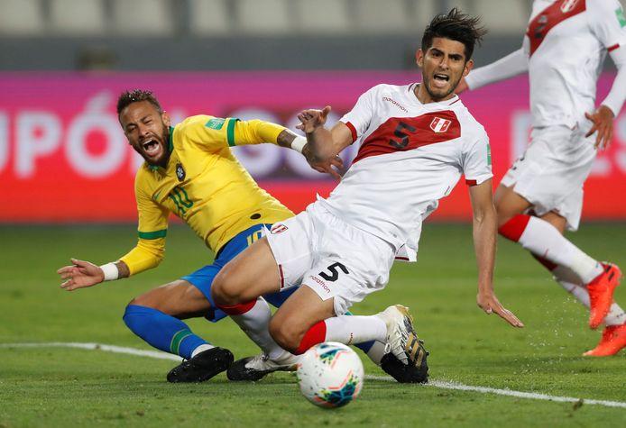Carlos Zambrano aux prises avec Neymar