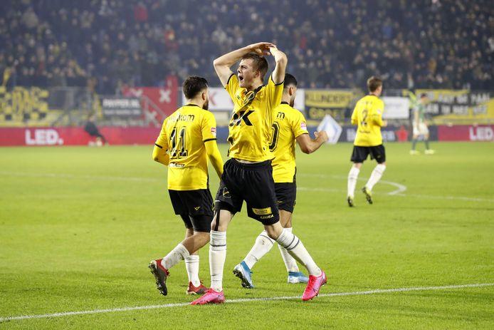 Ivan Ilic juicht na zijn treffer tegen PSV.
