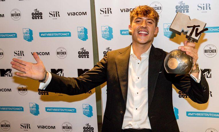 Lil'Kleine showt zijn MTV European Music-award, begin november in de wacht gesleept.
