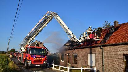 Hevige brand maakt alleenstaand huis onbewoonbaar