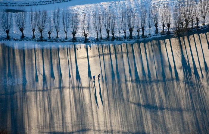 Winterlandschap bij bevroren water Wijde Giessen, schaatsers, Neder-Hardinxveld