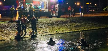Hulpdiensten rukken uit voor dregactie in vijver: halen brandend LED-lampje uit het water