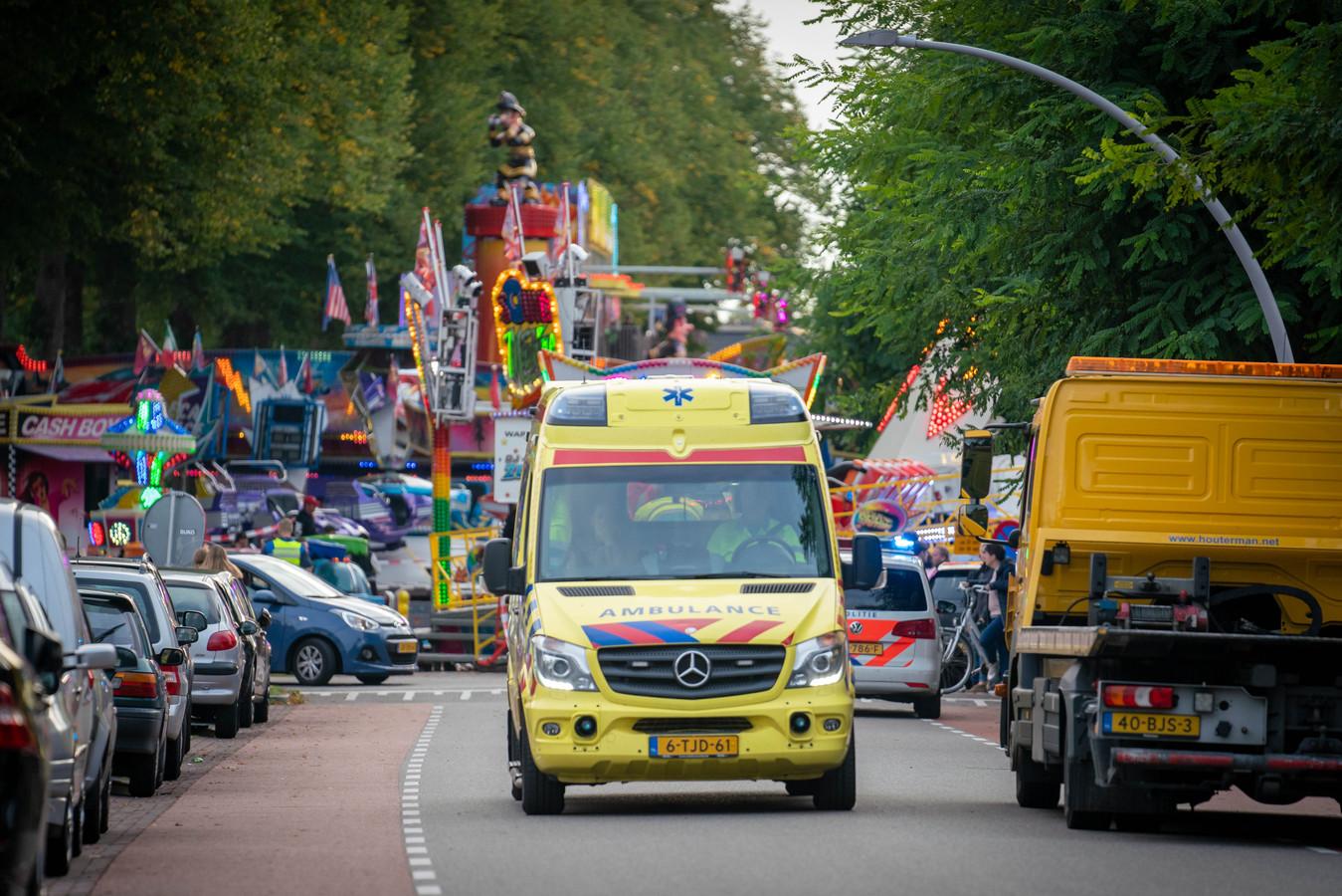 Een ambulance rijdt weg van de plek van het ongeval.