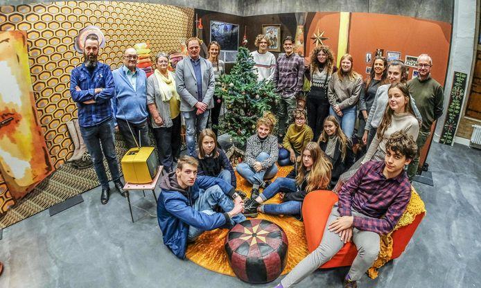 De medewerkers van het Yper Museum, schepen Dimtiry Soenen, de leerlingen Beeldende Kunst en  leden van de Confrerie Gerard Vermeersch midden de tentoonstelling.