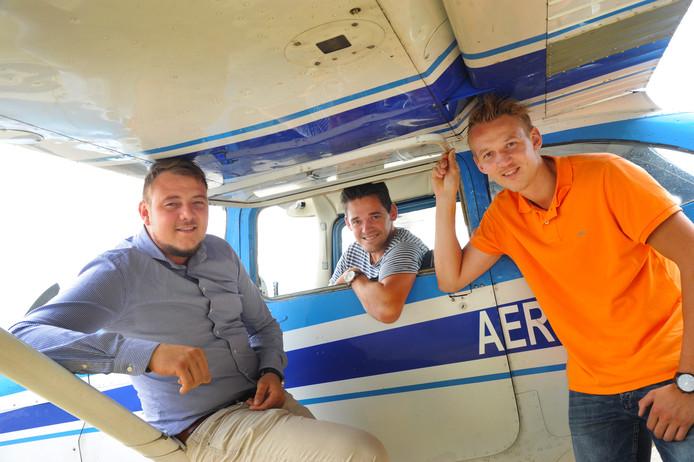De broers Stephan (links) en Erwin van der Linden (rechts) zijn dolgelukkig dat Jeroen Vermue (midden) AeroLin voorzet in de geest van om het leven gekomen vader Hans van der Linden.  l