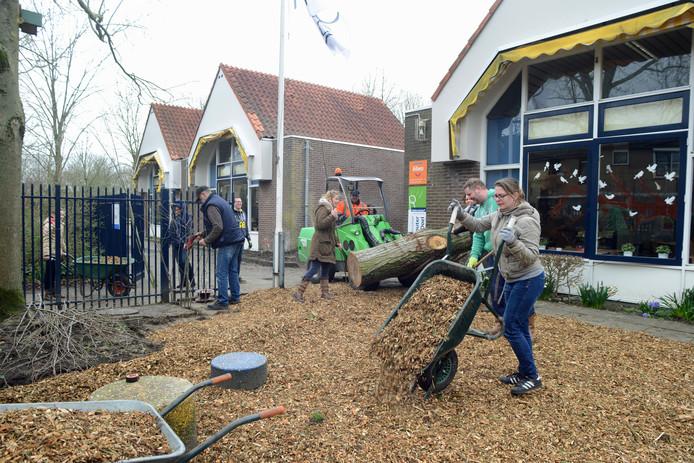 Tegels op het schoolplein van de Jan Wouter van den Doelschool in Zierikzee maken plaats voor een groenere en gezelligere inrichting. Leerkrachten, ouders en leerlingen helpen een handje.