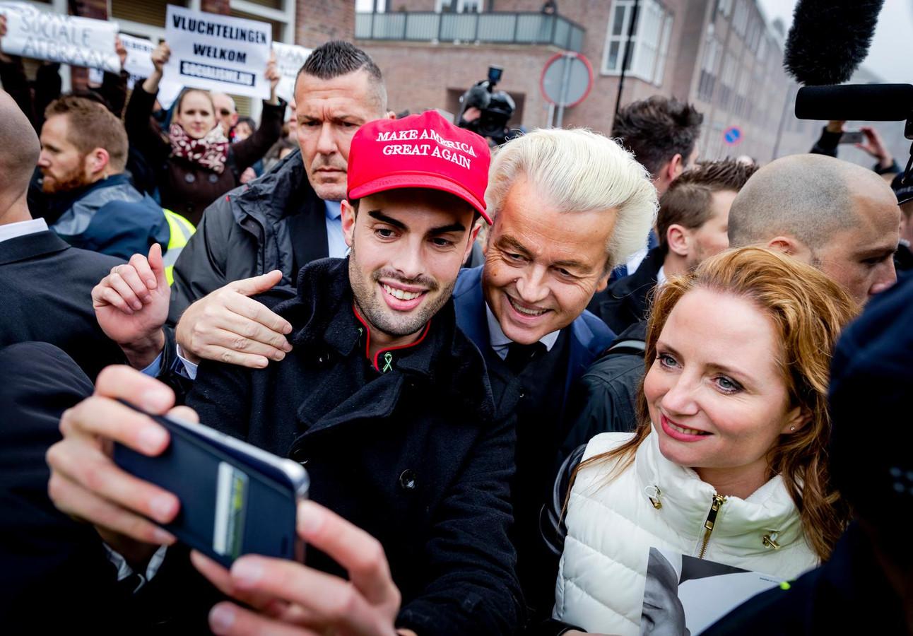 PVV-leider Geert Wilders en Tweede Kamerlid Fleur Agema gaan op de foto. De Partij voor de Vrijheid trapt in Spijkenisse de campagne voor de Tweede Kamerverkiezingen af.