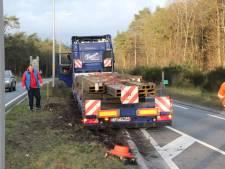 Vrachtwagen rijdt zich vast op N35 richting Raalte: tunnel dicht bij Nijverdal