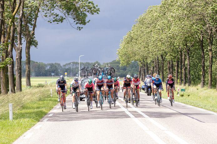 De kopgroep in de Omloop op weg naar Kampen, met Eva Jonkers (Staphorst), midden Loes Adegeest (Dalfsen) en Annet Pit (Zwolle).