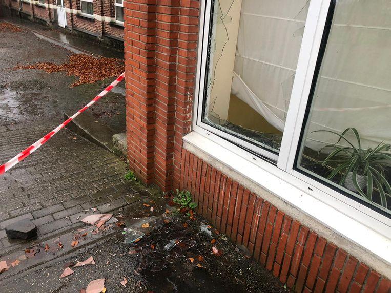 Met een steen sloegen de daders een raam in