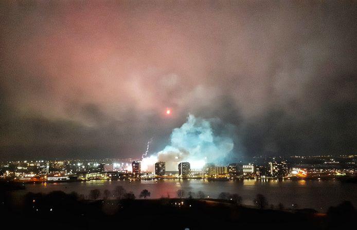 De rook boven De Kuip is in de omgeving goed te zien.