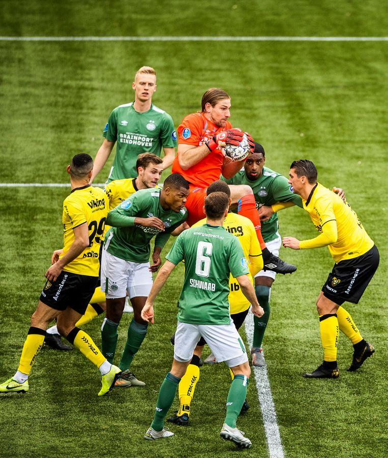 Omringd door acht spelers plukt PSV-keeper Lars Unnerstall de bal uit de lucht na een corner van VVV. Beeld Jiri Buller / de Volkskrant