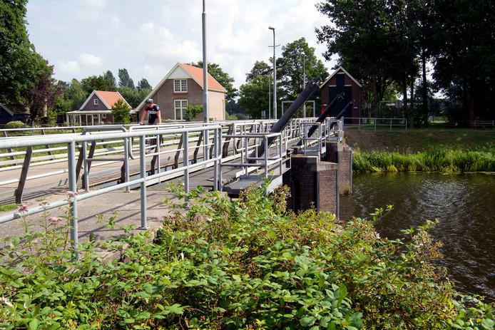 De nieuwe brug wordt rechts van de huidige brug boven de stuw Junne aangelegd, waardoor de overlast voor de bewoners van de bestaande woning aan de Junnerweg minder wordt.