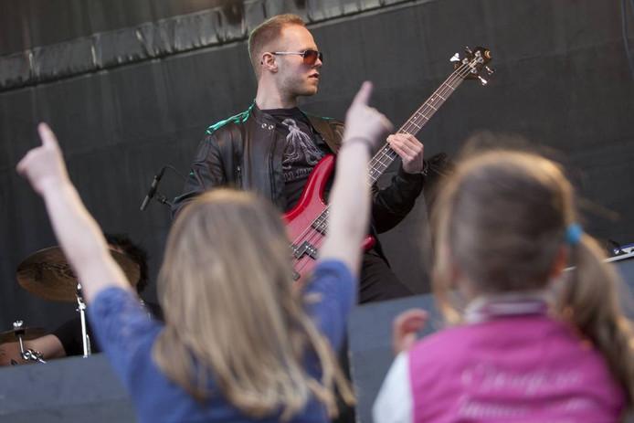 Bassist Frank te Riet van rockband Sleeve in actie op Randrock in zijn voormalige woonplaats Vriezenveen. Foto: Mark Troost