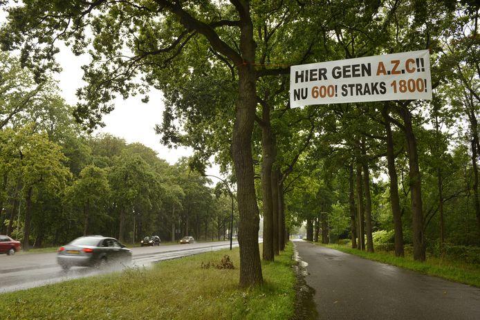 Een spandoek tegen de komst van een azc in Enschede in 2016.
