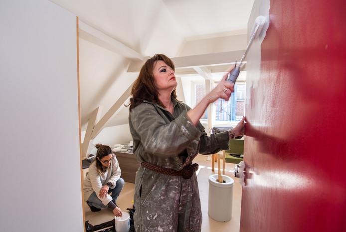 Angelique van den Berg schildert de deur van een van de negen kamers in Het Droombankje.