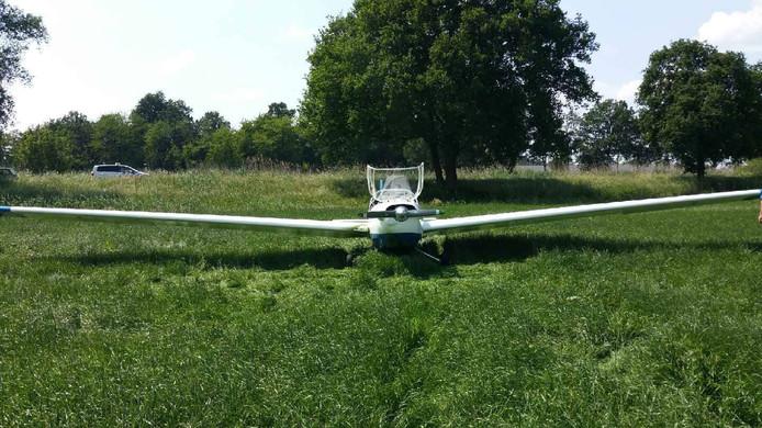 Het motorzweefvliegtuig maakte een landing in een weiland bij Bornerbroek