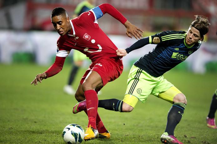Leroy Fer van FC Twente in duel met Lassse Schöne van Ajax in 2012/2013. Na dit seizoen strandde een transfer van Fer naar Everton bij de medische keuring.