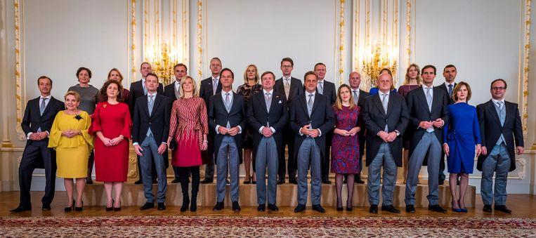 Groepsfoto van koning Willem-Alexander met het beëdigde kabinet Rutte III in Paleis Noordeinde. Beeld anp