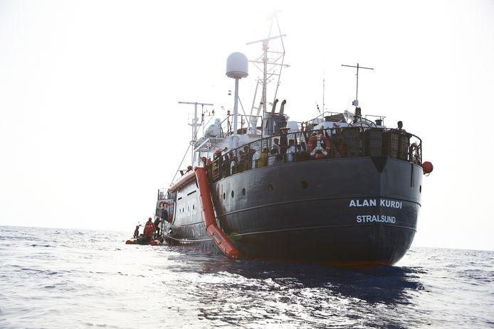 Het reddingsschip Alan Kurdi met 65 migranten aan boord heeft koers gezet naar Malta.