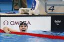 Lisa Kruger na het behalen van goud tijdens de 100 meter schoolslag SB9 finale Paralympische Spelen in 2016.