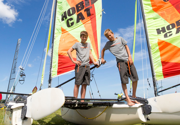Rex (links) en Quint Caminada uit Dishoek staan voor het grootste zeilavontuur uit hun nog jeugdige levens.