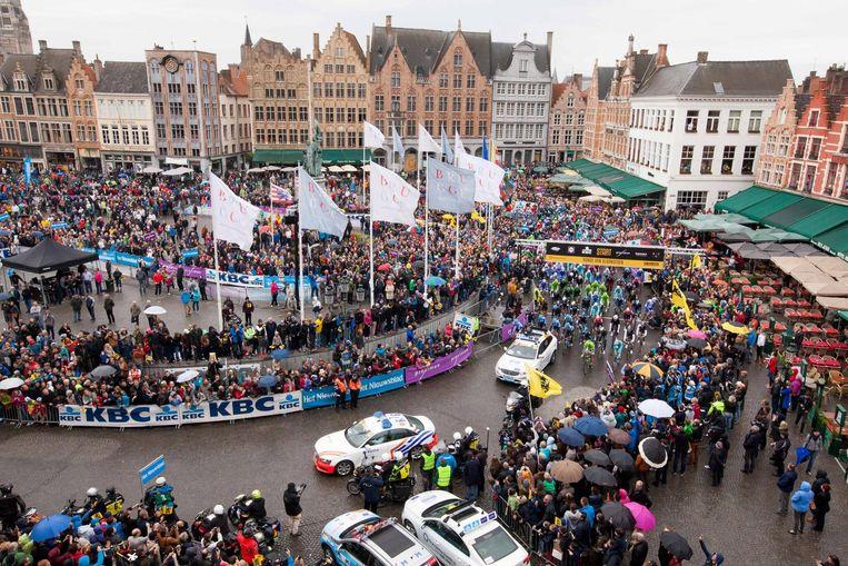 Een volle Brugse Markt tijdens de Ronde in 2014. Een WK kan het imago van de stad versterken, stelt Landuyt.