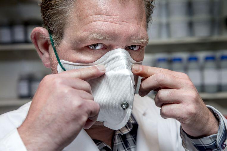 De faceproof-test , waarbij wordt gekeken of de mondkapjes goed blijven zitten. Beeld Jean-Pierre Jans