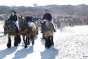De stoet met 157 paarden van de Straô Noordwelle rijdt bij Renesse het strand op.