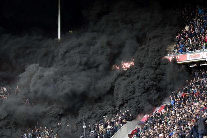 Ajax onderuit bij PSV in door rookbommen ontsierd duel, Feyenoord kan eerste titel sinds '99 nu echt wel ruiken