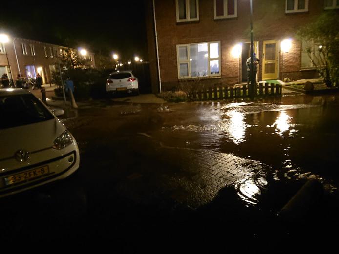 De straat in Veenendaal staat blank door de gesprongen waterleiding.