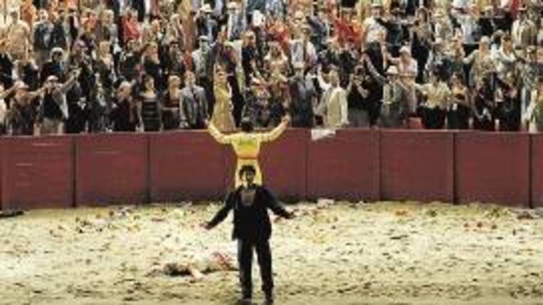Carmen (Nadia Krasteva) ligt, achter Don José (Yonghoon Lee), uitgeteld in de arena. (FOTO MONIKA RITTERSHAUS) Beeld