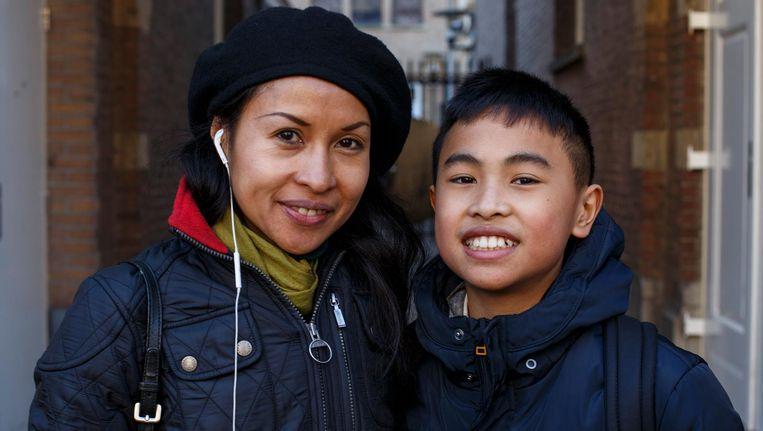 Blake (11) en zijn moeder Maybelle Pineda: 'De havo kan nog, als het onderwijs maar goed is' Beeld Carly Wollaert