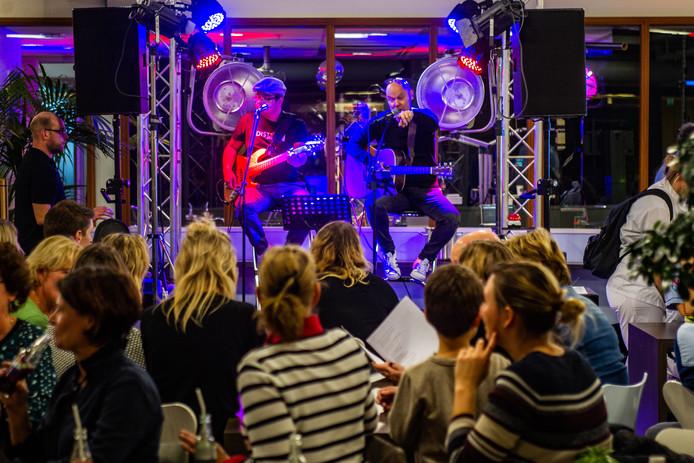 Liedjesschrijver Jan Tekstra introduceert het Deventer Ziekenhuis-lied bij het personeel.