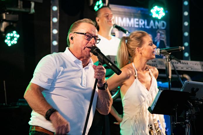 Summerland met zanger Frans Hondijk en Marloez Lamers zorgt dat het dak eraf gaat in de dröge tent.