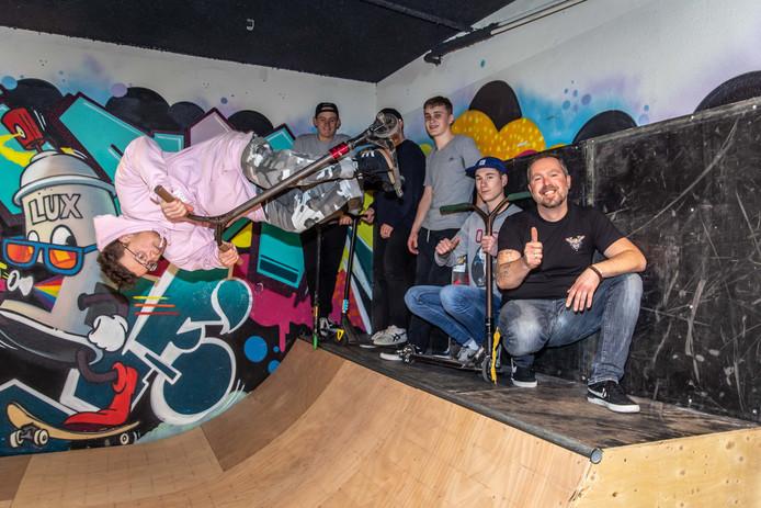 Eigenaar Maarten Landegent (rechts) heeft in een gedeelte van zijn winkel een skatebaan gerealiseerd, Kevin Goudswaard laat zien wat hij op de nieuwe baan kan.