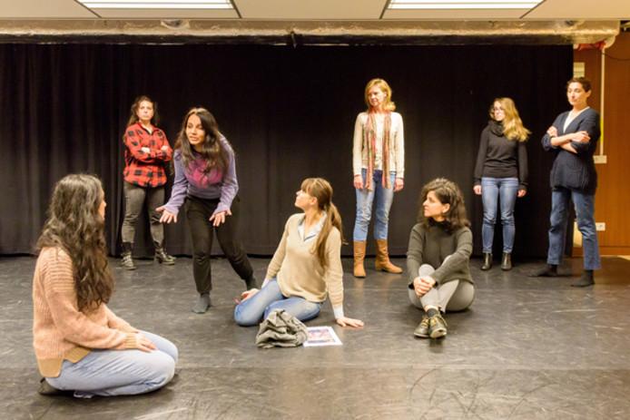 De acteurs van het International Theatre Collective Eindhoven oefenen bij het Parktheater.