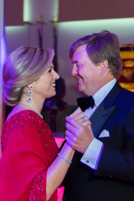 Dansend koningspaar straalt op privé-verjaardagsfeest