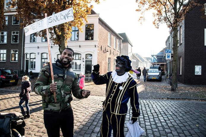 Zwarte piet gaat aan de Oude Haven in discussie met demonstrant Roy Kable uit Rotterdam.