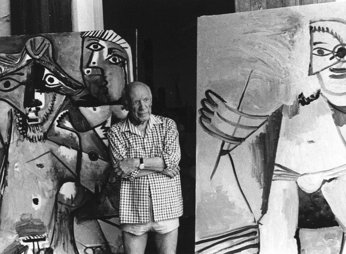 Pablo Picasso tussen zijn schilderijen in zijn huis in het Zuid-Franse Mougins.