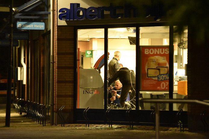 De politie doet onderzoek bij een plofkraak in Leersum.