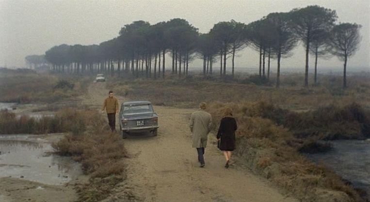 Scène uit Il deserto rosso (1964). Antonioni liet voor deze film grasvelden grijs spuiten en bomen wit verven. Beeld .